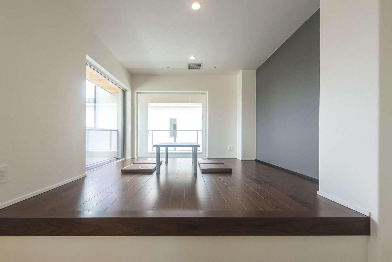 イデキョウホーム【デザイン住宅、省エネ、間取り】2階のフリースペースには本棚を設置する予定。本を読んでくつろげるだけでなく、室内干しをしたり、アイロンをかけたりと、フレキシブルに活用できる。自然光が降り注ぐ大きな窓のおかげで明るさも十分