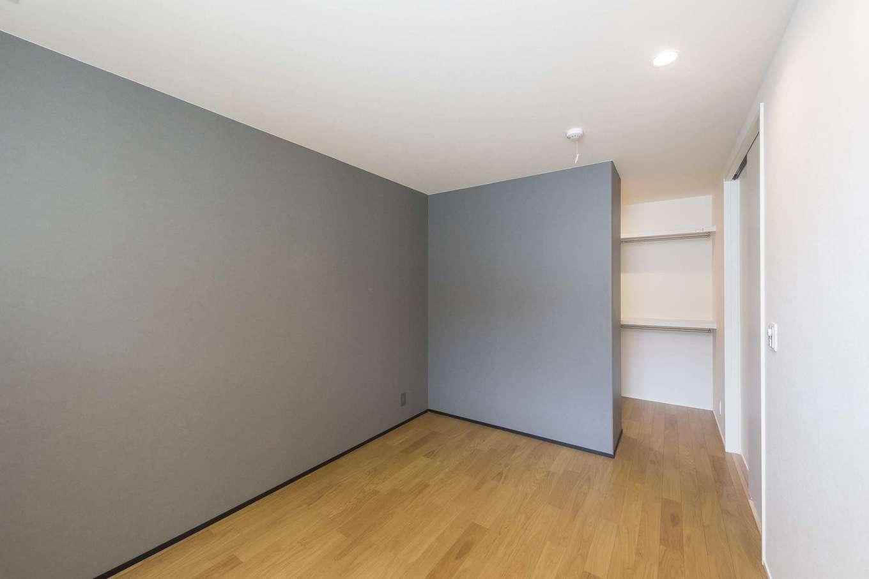 イデキョウホーム【デザイン住宅、省エネ、間取り】白壁にグレーのアクセントクロスが目をひく寝室。モノトーンの配色が心地よい落ち着きを生みだしている