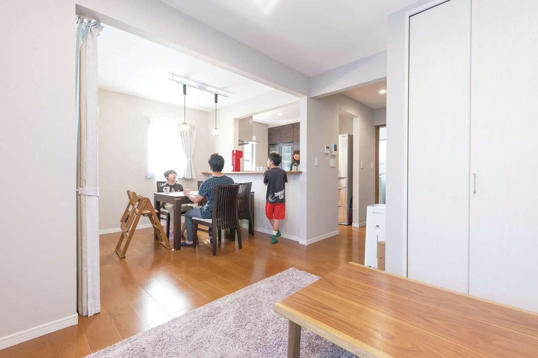 アイワホームサービス【子育て、狭小住宅、間取り】LDKは淡いグレーのクロスとブラックチェリーのフローリングを選んで大人っぽい空間に