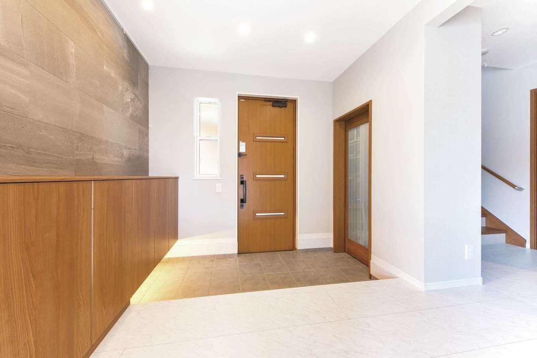 アイワホームサービス【子育て、狭小住宅、間取り】家族が並んで靴を履けるほど広い玄関。大理石調のフロアで華やかな空間に