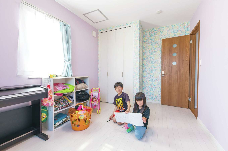 アイワホームサービス【子育て、狭小住宅、間取り】それぞれの子ども部屋はクロスで個性を演出。長女の部屋はライトパープルと花柄の2種類のクロスでかわいらしく