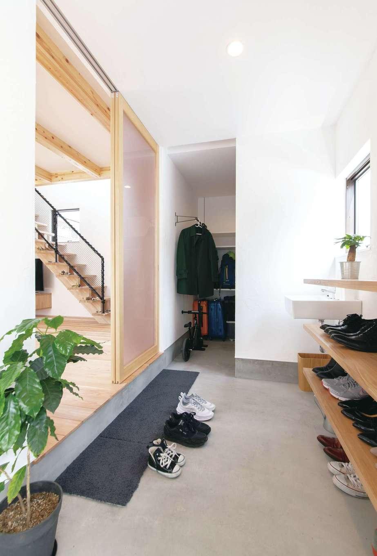ソラマド静岡(オネストホーム)【デザイン住宅、子育て、収納力】広い玄関土間の奥は、大容量の収納スペース。帰宅後の動線に便利な手洗いも設置
