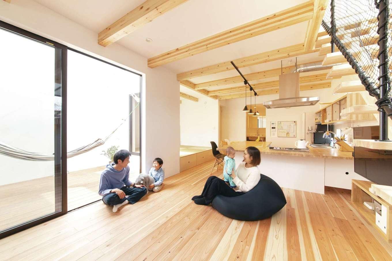 ソラマド静岡(オネストホーム)【デザイン住宅、子育て、収納力】無垢の床が心地いいリビング。「ソラマドキッチン」は、カウンターがダイニングテーブルを兼ねるので、広いスペースを確保できるメリットも