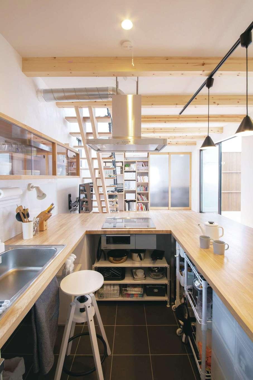 ソラマド静岡(オネストホーム)【デザイン住宅、子育て、収納力】「ソラマドキッチン」下のオープンスペースは、必要なものにワンアクションで手が届く、作業がしやすい環境にカスタマイズしている