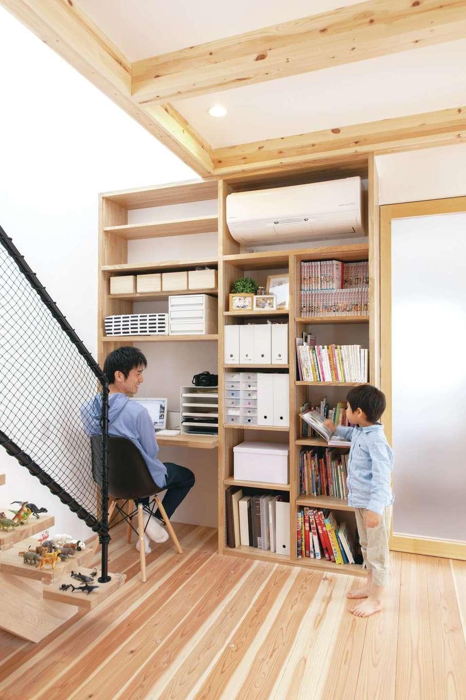 ソラマド静岡(オネストホーム)【デザイン住宅、子育て、収納力】デスクと本棚を合わせたワークスペース。奥さまが描いた手書きのイメージを元に設計してもらった。パソコンや書類関係をまとめて収納でき便利