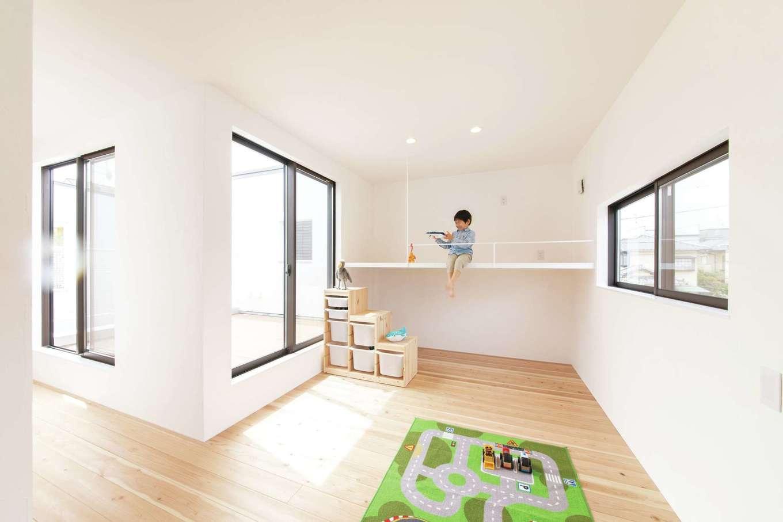 ソラマド静岡(オネストホーム)【デザイン住宅、子育て、収納力】ロフトのように使える子ども部屋の吊り床は、子どももアスレチック気分でお気に入り。空間の有効利用にもなる