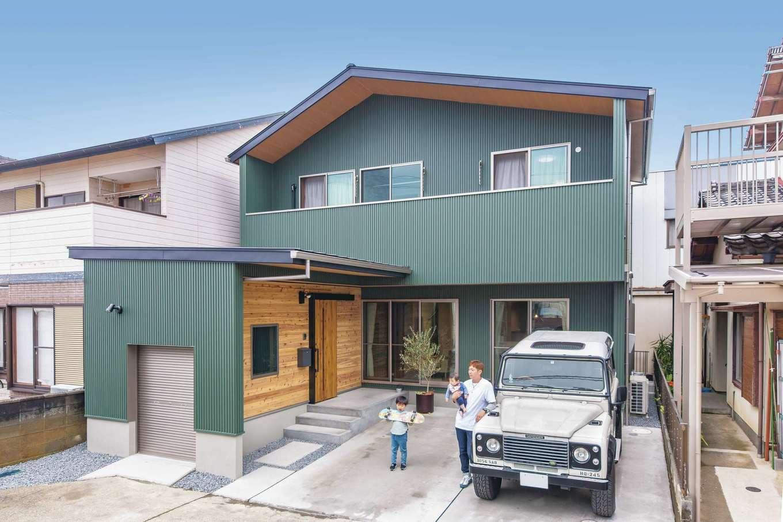 小玉建設【デザイン住宅、趣味、ガレージ】緑色が大好きな長男が選んだグリーンの外壁が個性的。ガレージの壁にはログハウスをイメージしたレッドシダーを使用