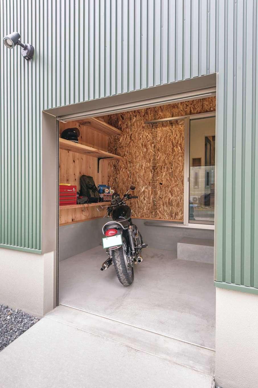 小玉建設【デザイン住宅、趣味、ガレージ】趣味の空間であるバイクガレージはご主人の城。スロープや収納棚も使い勝手良く