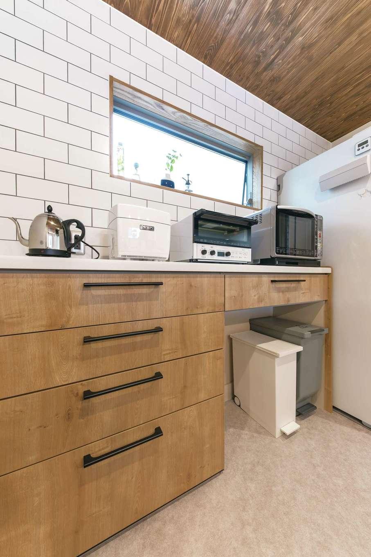 小玉建設【デザイン住宅、趣味、ガレージ】「木とタイル」をテーマにしたキッチン。吊り収納をなくしすっきりと。壁のタイルは目地の色にも奥さまの好みを反映