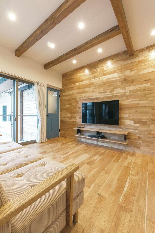小玉建設【デザイン住宅、趣味、ガレージ】LDKは贅沢に無垢を使ってぬくもりある空間に。ヴィンテージ感のあるリビングドアがオシャレ