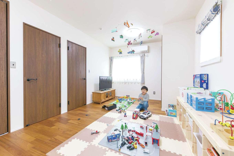小玉建設【デザイン住宅、趣味、ガレージ】2階の子ども部屋は、将来間仕切っても北側の部屋が暗くならないよう採光計画を。息 子さんも車が大好き