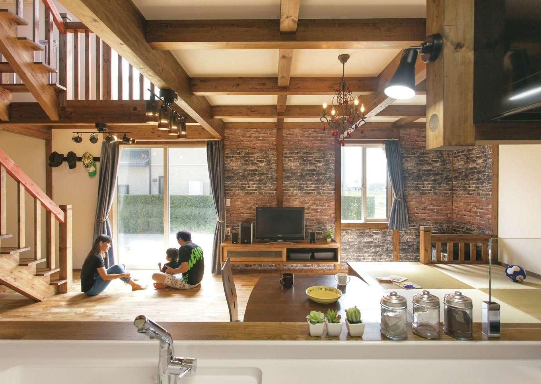 サイエンスホーム【デザイン住宅、自然素材、間取り】煉瓦のクロスでシックに仕上げた壁の奥には、秘密の部屋が隠れていそう