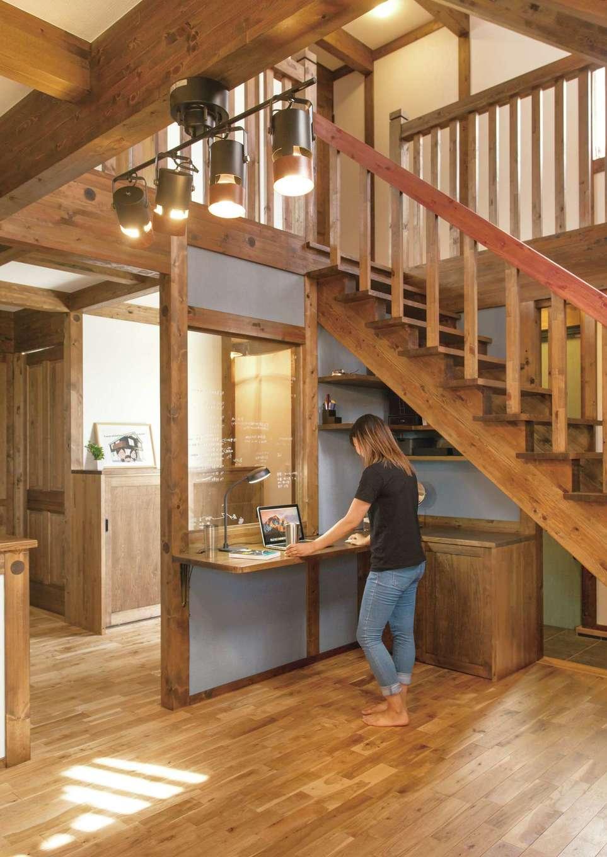 サイエンスホーム【デザイン住宅、自然素材、間取り】階段下のデッドスペースを活かしてスタディコーナーを造作。ガラス黒板は文字や絵がスラスラ書けて超便利