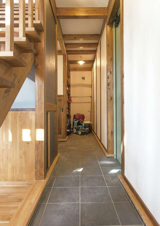 サイエンスホーム【デザイン住宅、自然素材、間取り】ベビーカーやアウトドアグッズもすっぽり収まる土間収納