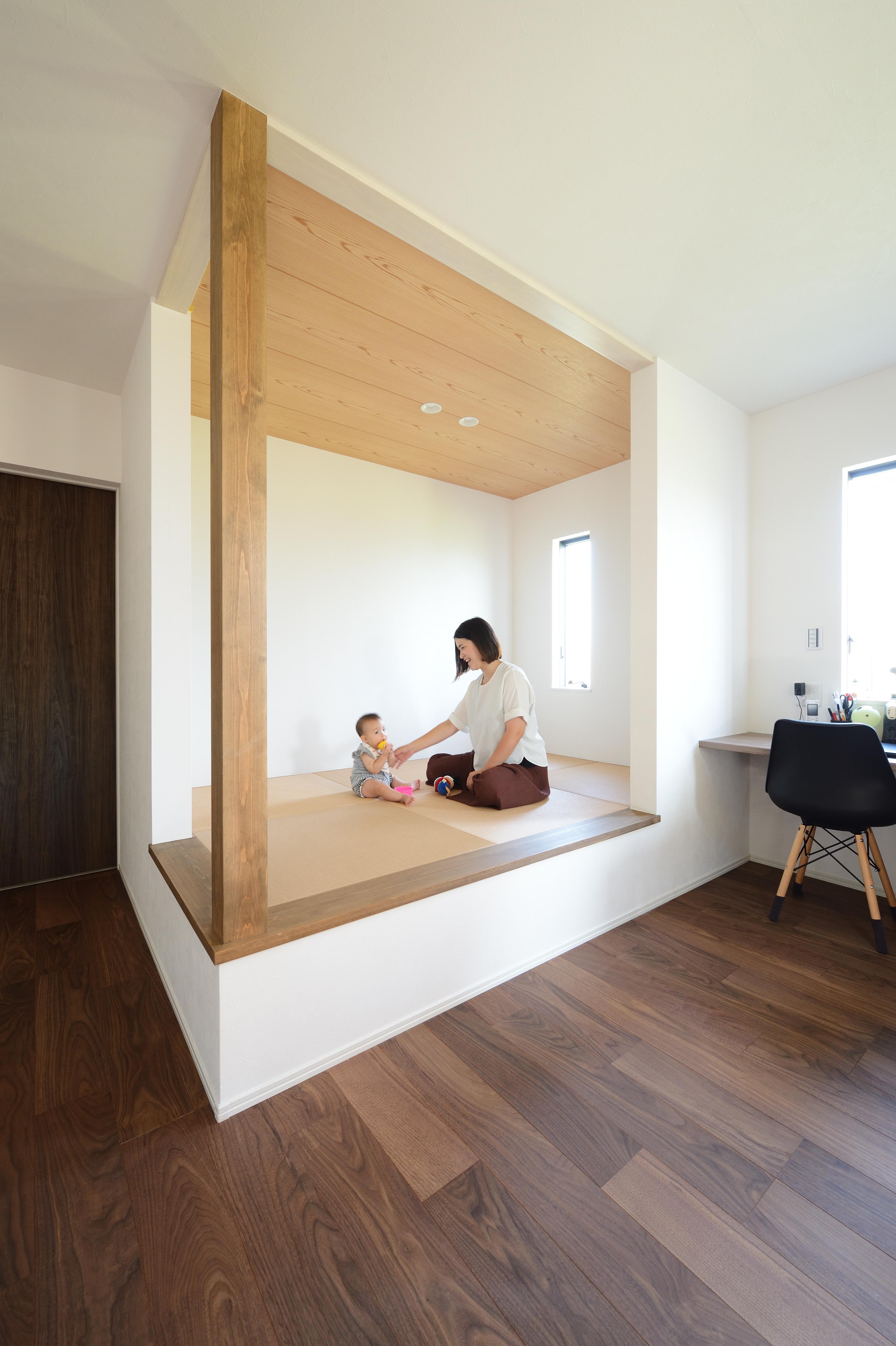 アルファホーム【デザイン住宅、子育て、インテリア】約3帖の広さのタタミコーナー。お子様のお昼寝スペースや遊び場としてはもちろん、小上がりにすることで気軽に座れるくつろぎスペースに。タタミの色をベージュ系にすることでLDKと一体感のあるコーディネート