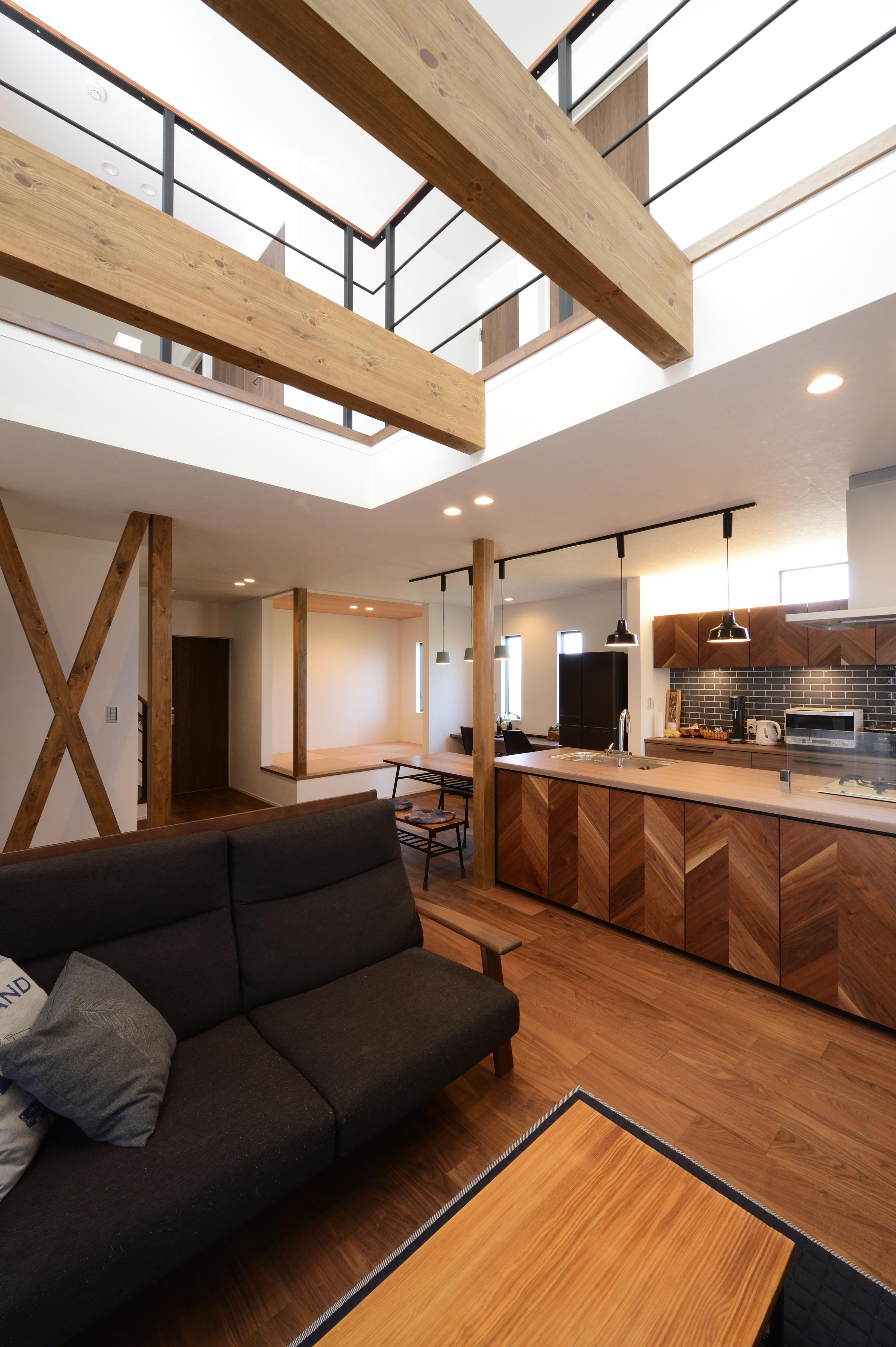 アルファホーム【デザイン住宅、子育て、インテリア】キッチンを中心とした約23帖の広々LDK。リビング上は吹き抜けとなっており、明るく、開放感がある