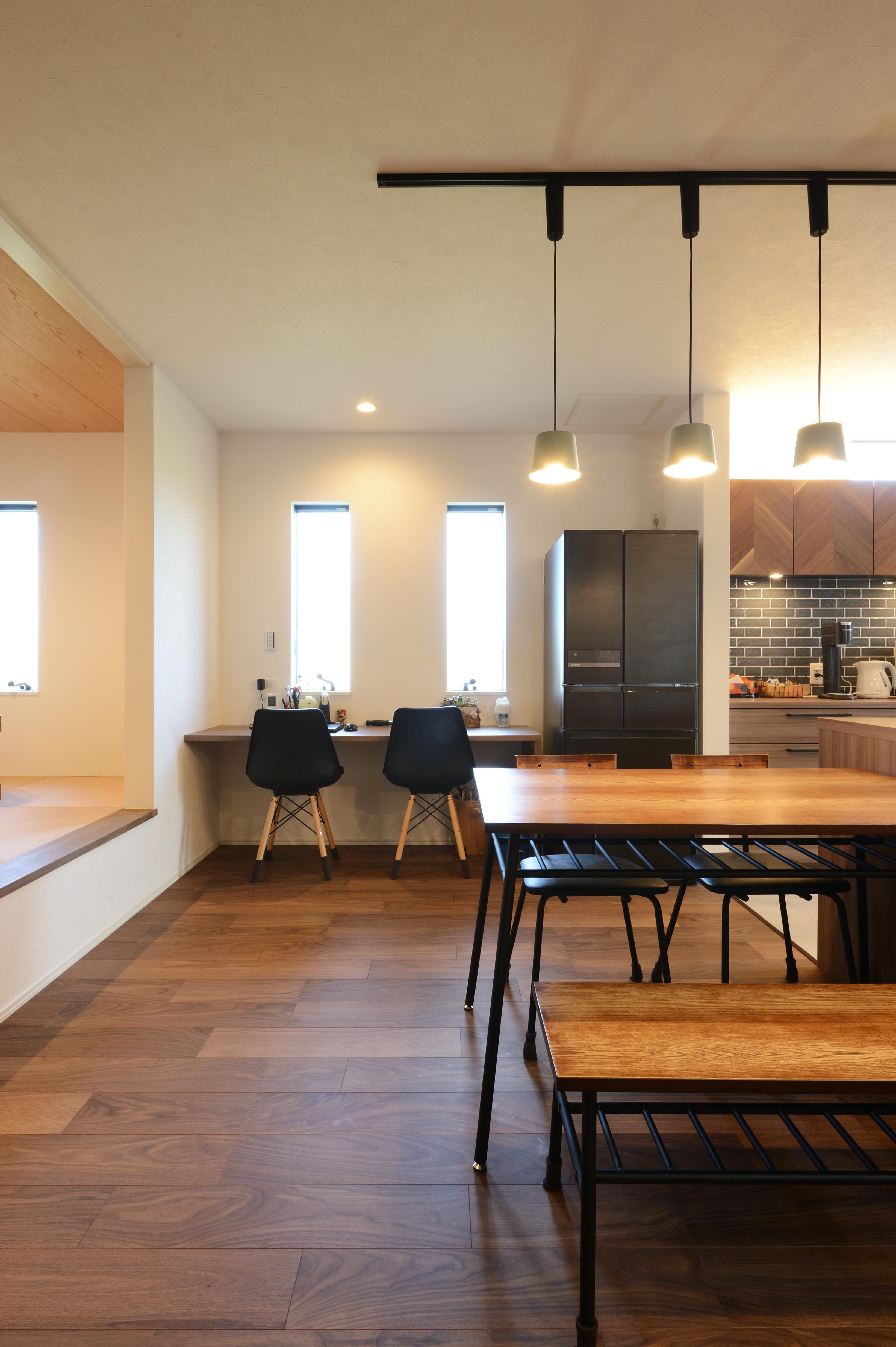アルファホーム【デザイン住宅、子育て、インテリア】キッチンの隣には、ワークスペースがあり、将来子どもの宿題スペースやちょっとした手作業スペースとして使用する予定。