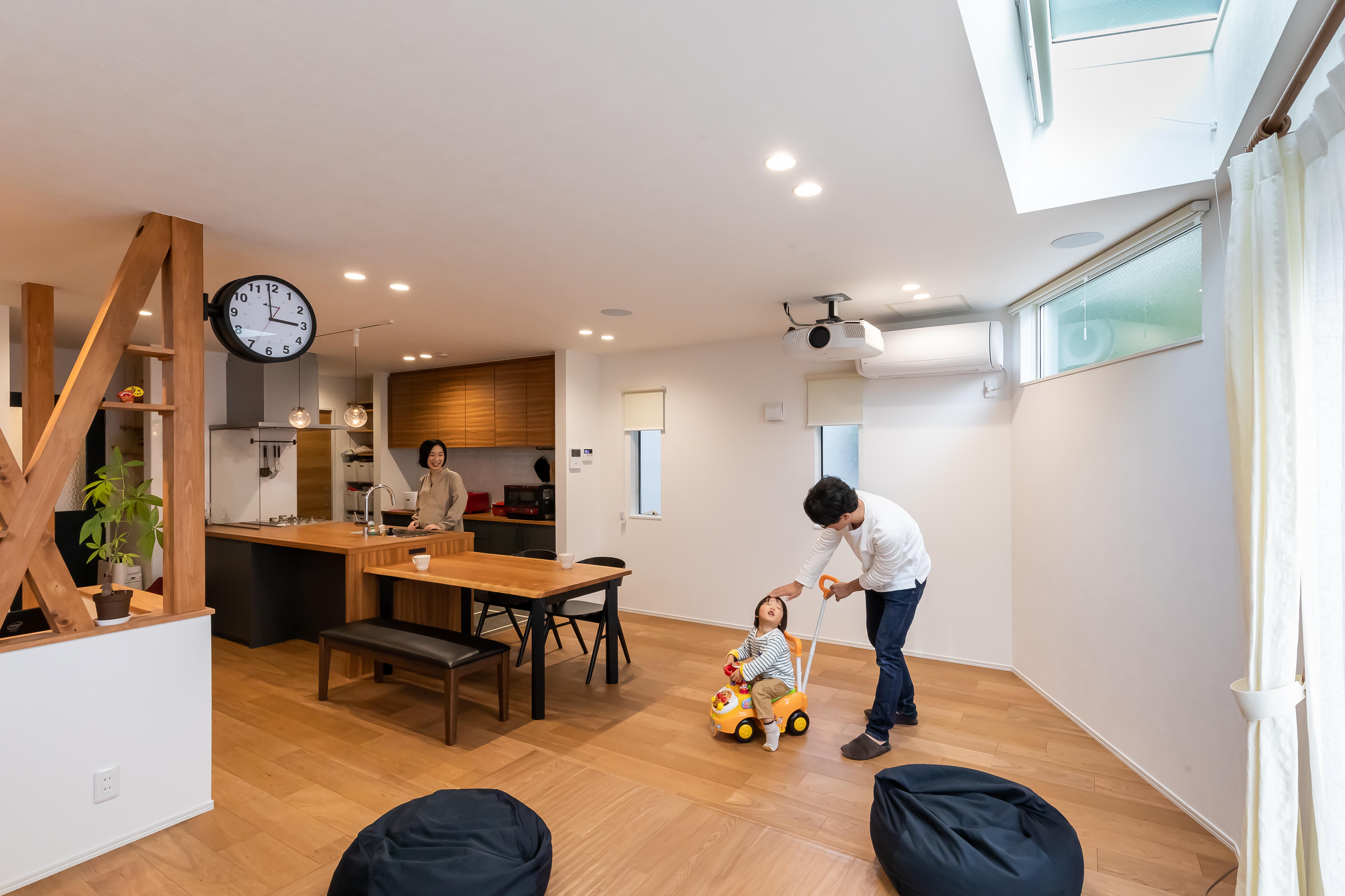 アルファホーム【デザイン住宅、収納力、間取り】広々としたキッチンの隣には子どもがのびのび遊べるリビング。天窓がキッチンとダイニング、リビング全体を明るくしてくれる