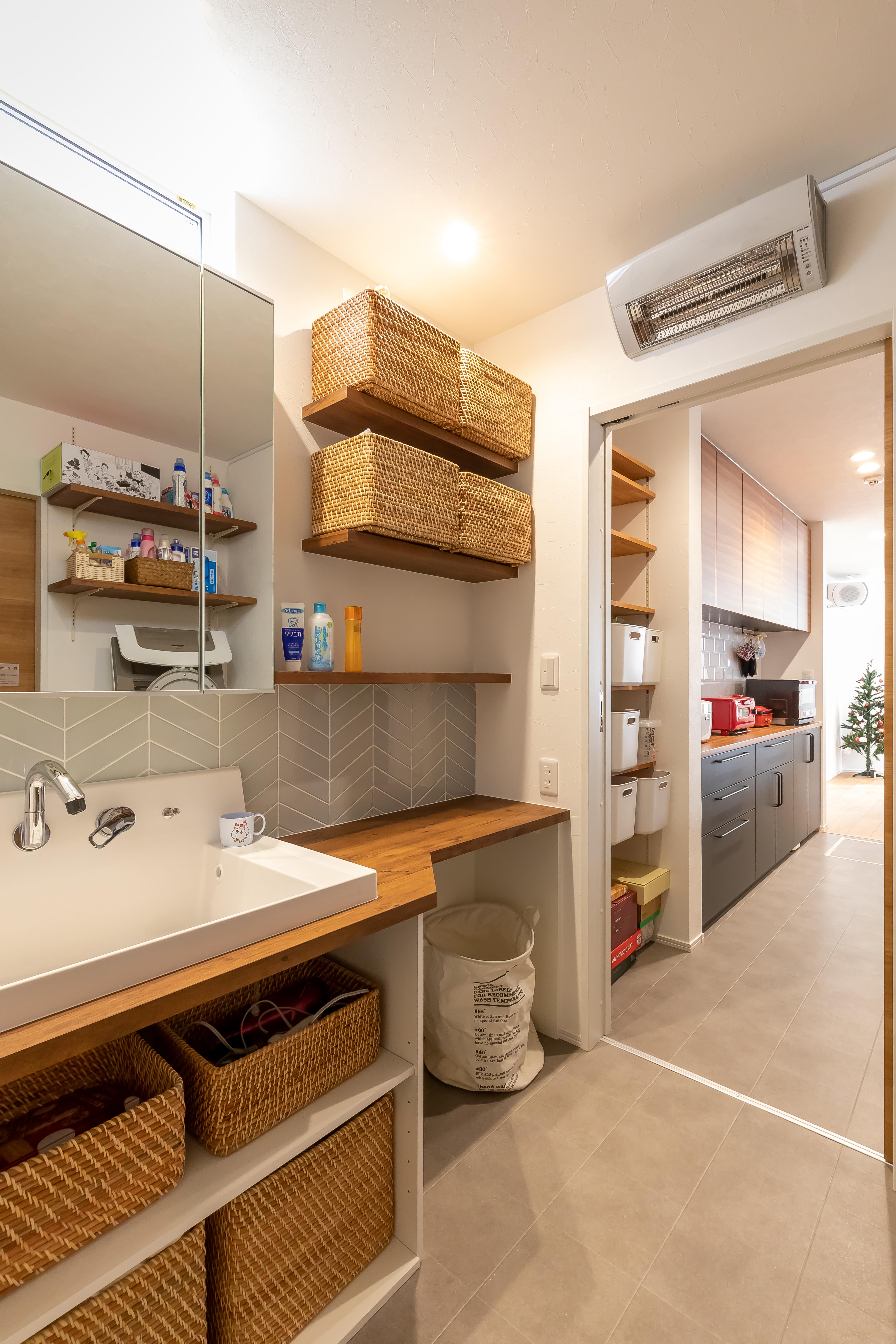 アルファホーム【デザイン住宅、収納力、間取り】洗面所にいる時も、扉を開けておけば食事をする子どもの様子がいつでもわかる作りに