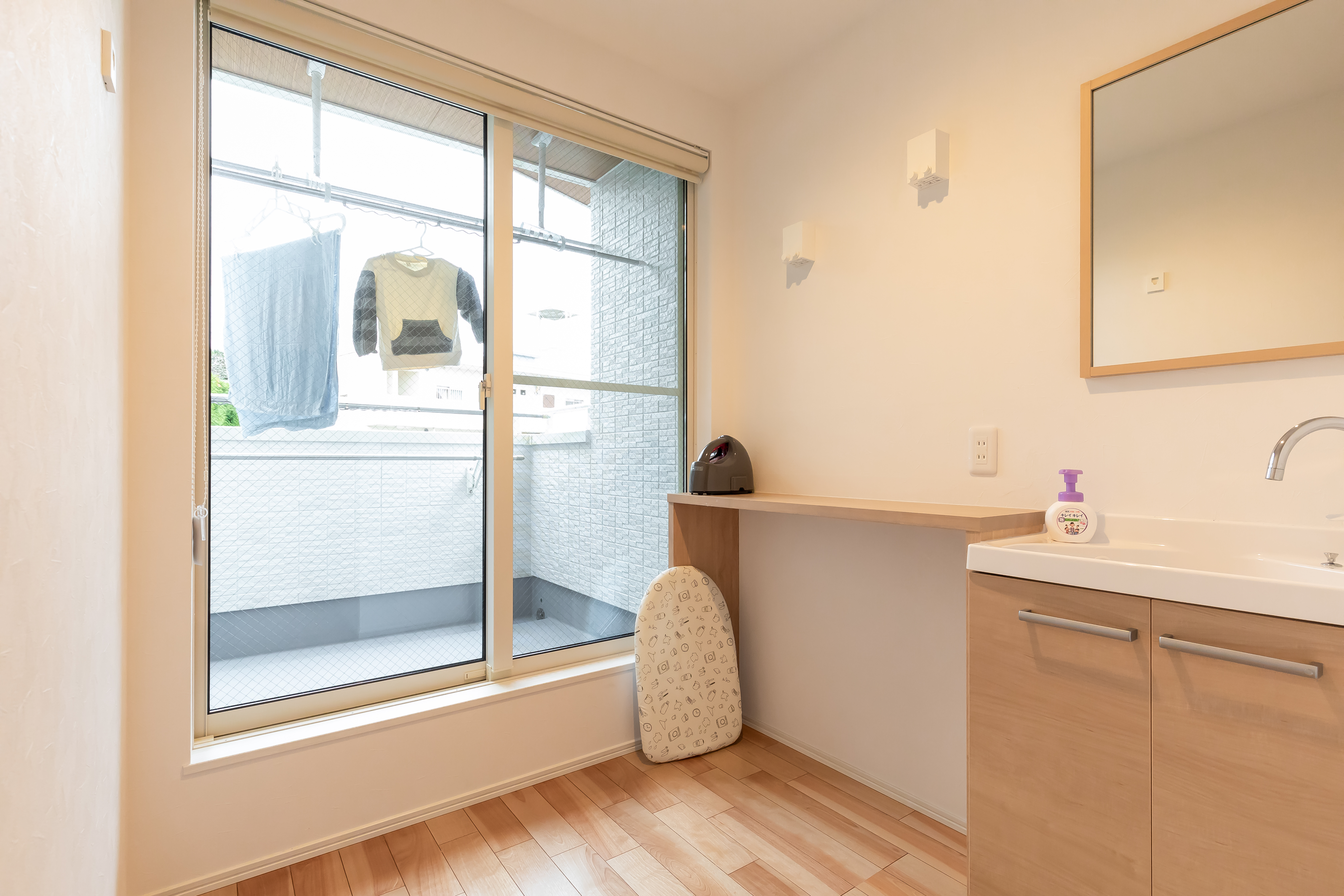 アルファホーム【デザイン住宅、収納力、間取り】天気が悪く、ベランダに洗濯物を干せない日は部屋干しスペースも活用できる