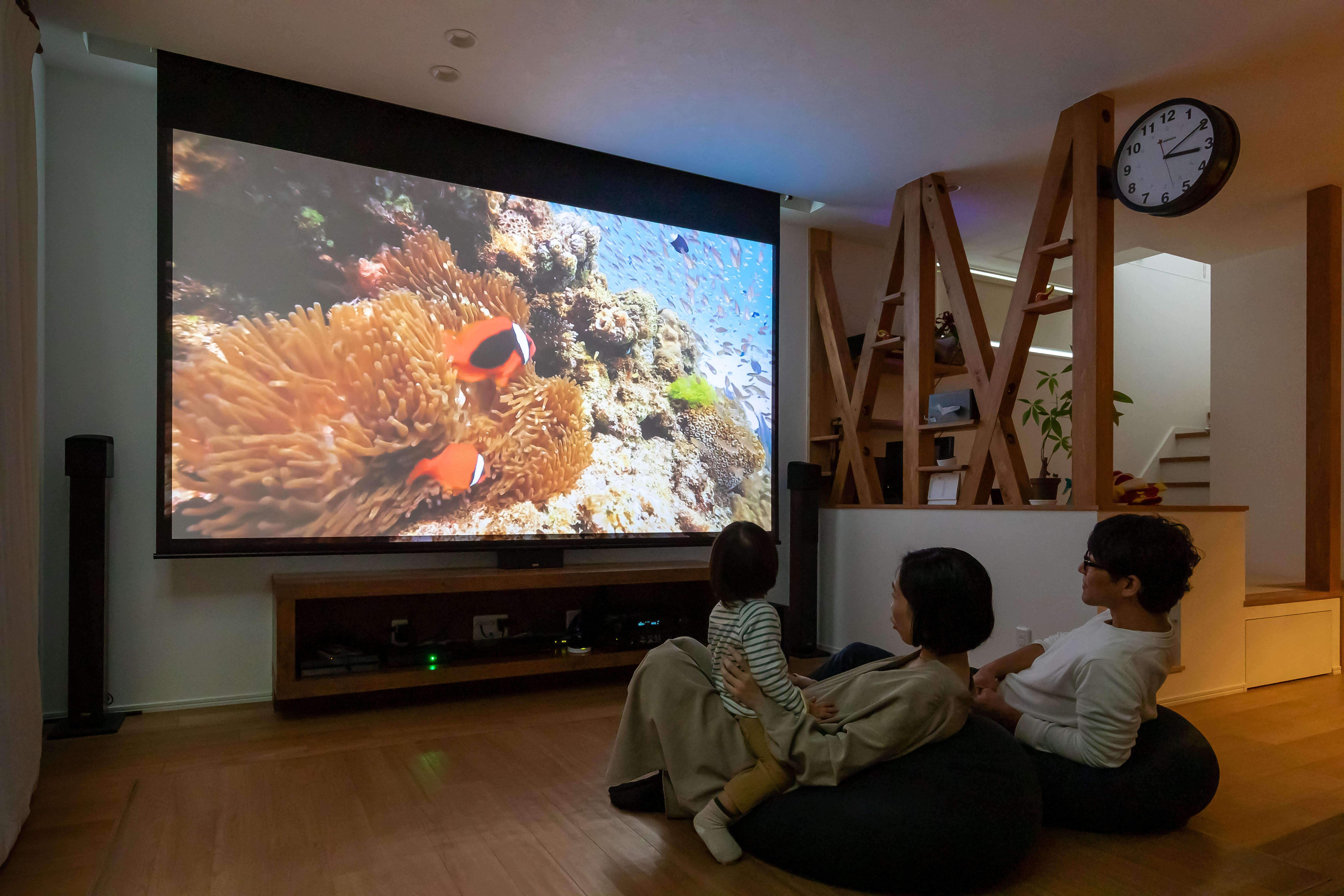 アルファホーム【デザイン住宅、収納力、間取り】リビングにはホームシアターがあり、家族が集まればあっという間に映画館に変貌する