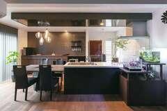 ゆとりと開放感に満ちたラグジュアリー&モダンな二世帯住宅
