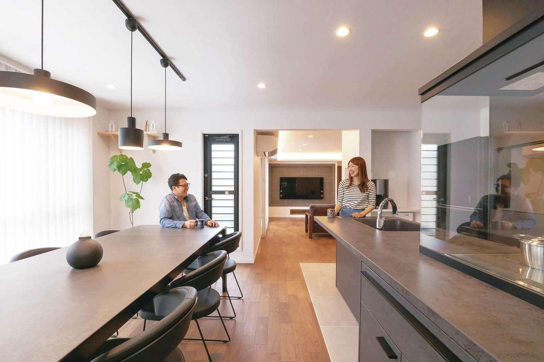 熱とキズに強いセラミックトップのキッチンに合わせて、ダイニングテーブルと照明器具をコーディネート