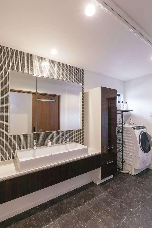 家族が横一列に並んで歯磨きをしても狭く感じないホテルライクな洗面室とランドリールーム