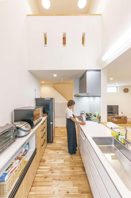 低燃費住宅 静岡(TK武田建築)【子育て、省エネ、間取り】家事効率を高める2WAYのアイランドキッチン。吹抜けにしたことで、常に家族のつながりを感じながら料理できる