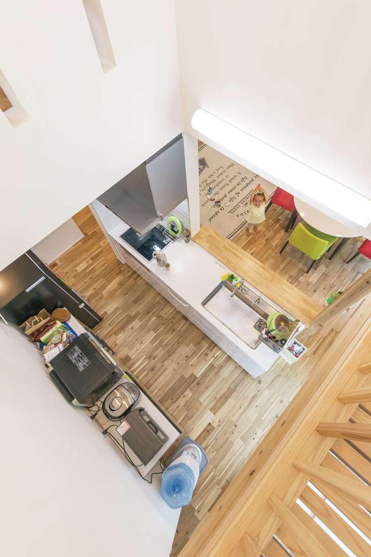 低燃費住宅 静岡(TK武田建築)【子育て、省エネ、間取り】リビングやダイニングではなく、キッチンの真上を吹抜けにした個性的なデザイン。南面の高窓から柔らかな光が降り注ぎ、気持ちよく料理ができる