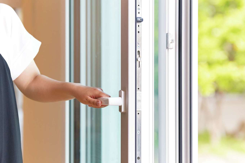 低燃費住宅 静岡(TK武田建築)【子育て、省エネ、間取り】建物全体の熱損失のうち約40%が窓からと言われるが、同社ではヨーロッパ製のトリプル樹脂サッシにより熱を逃がさない。遮音性の高さも群を抜いている。さらに、外付けのブラインドを設置し、光と風を巧みにコントロールする