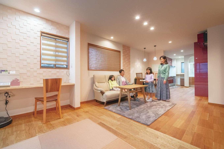 LDKは日当たりのいい2階に。畳コーナーを取り囲む無垢材は、こだわり抜いて選んだ栗材。「なぐり彫り」の足裏への柔らかな刺激が心地いい。塗り壁とエコカラットで、湿気や匂い対策も万全に