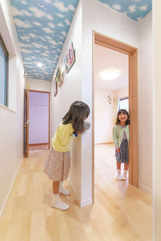 アトリエサクラ【子育て、狭小住宅、屋上バルコニー】3階の天井のクロスは青空柄に。娘たちの部屋のクロスは、それぞれが好きな色柄を選び、子どもながらに個性を感じさせる仕上がり