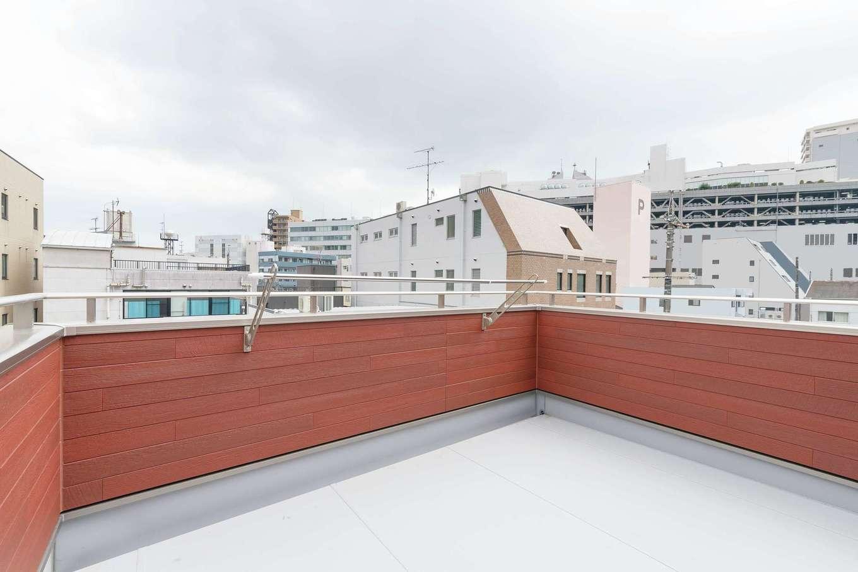 洗濯物干し場の確保も課題となる住宅密集地では屋上が大活躍。家族4人分の布団を干しても充分の広さ