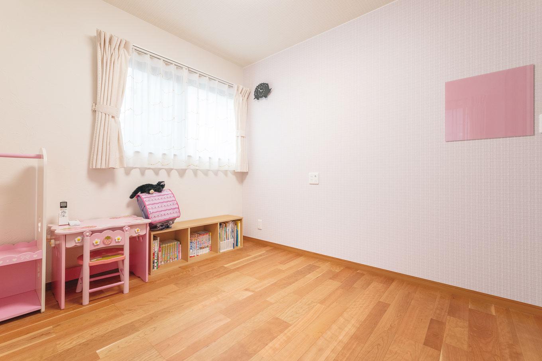 アトリエサクラ【子育て、狭小住宅、屋上バルコニー】子ども部屋は、クロスからカーテンまで、すべて子どもたちが自分で選んだ。壁のピンクのマグネットパネルは、持ち込みで取り付けたもらったもの