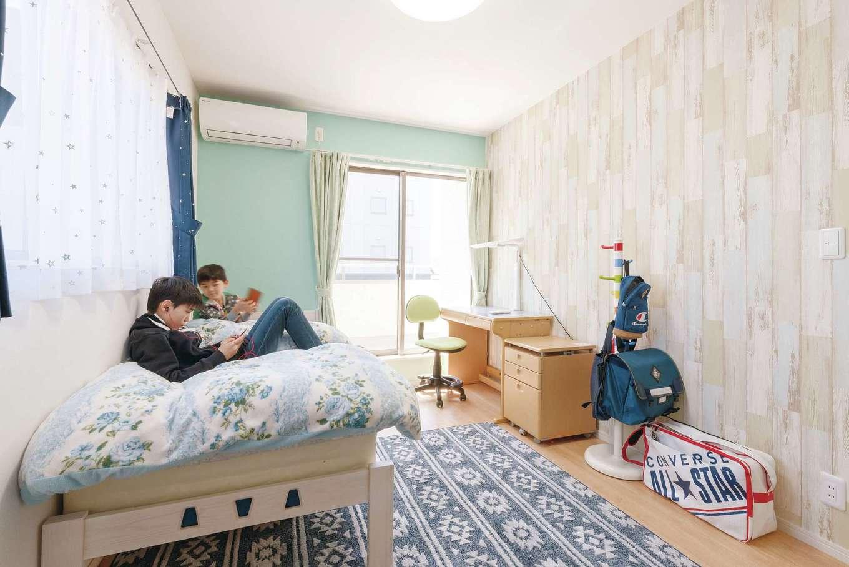 甲静ハウジング【デザイン住宅、子育て、収納力】新築を機に、子どもにはそれぞれ独立した個室を。長男の部屋はブルーを基調にインテリアをチョイス