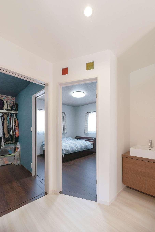 甲静ハウジング【デザイン住宅、子育て、収納力】1部屋分の広さがあるウォークインクローゼットは、寝室からも廊下からも出入りできる
