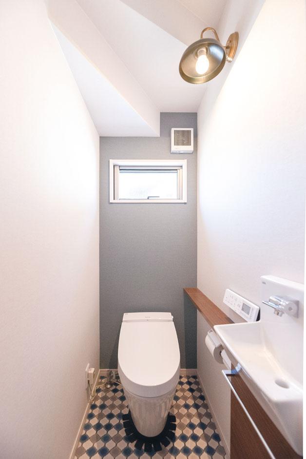 甲静ハウジング【デザイン住宅、子育て、収納力】クッションフロアとレトロな照明で演出したトイレ