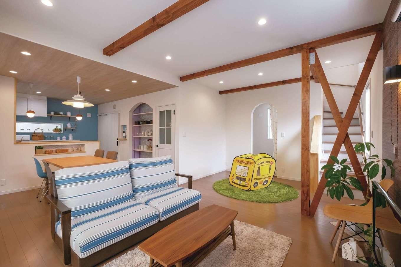 Art Wood Home (永建)【輸入住宅、間取り、自然素材】LDKは家族みんなが自然と集うスペース。階段横のR開口部は、ご主人のサーフボードを立てて収納できる納戸