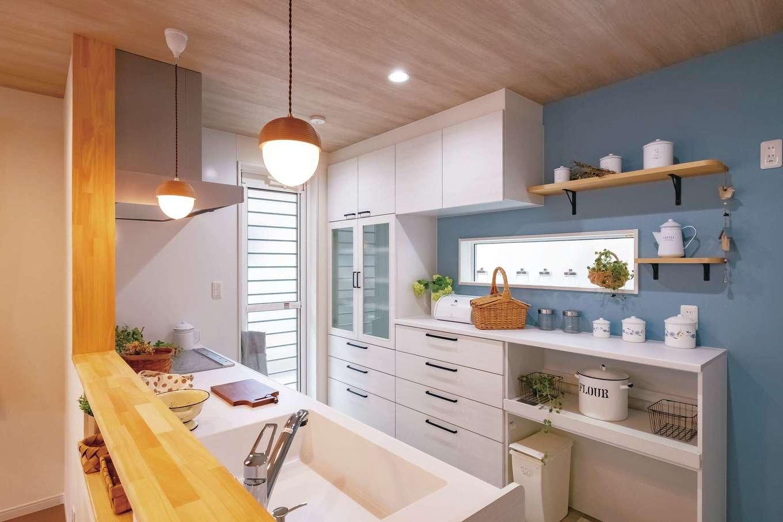 Art Wood Home (永建)【輸入住宅、間取り、自然素材】造作するか悩んで選んだメーカー製カップボード。グレイッシュなブルーのクロスがアクセントに