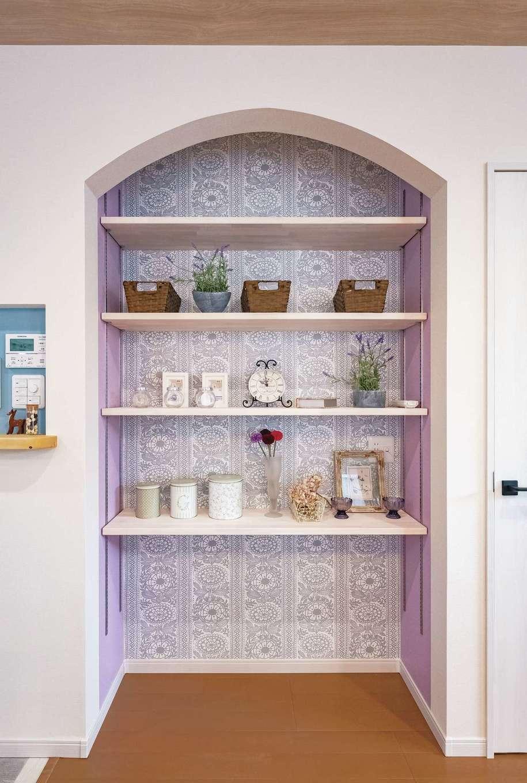 Art Wood Home (永建)【輸入住宅、間取り、自然素材】リビングに収納棚を設置。フレンチテイストなクロスがかわいい