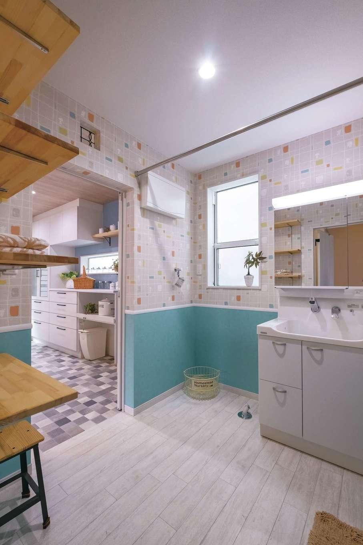 Art Wood Home (永建)【輸入住宅、間取り、自然素材】キッチンから洗面室、浴室への動線は最短。洗面室へは玄関からもアクセスでき、ボーイズ3人を育てるママには心強い