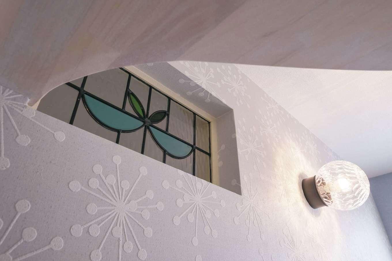 Art Wood Home (永建)【輸入住宅、間取り、自然素材】トイレの明かり取りに選んだステンドグラス。採光を邪魔しないよう、棚板の形にひと工夫