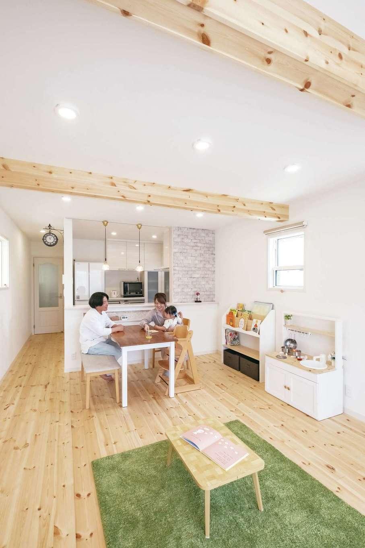 イーホーム【輸入住宅、狭小住宅、間取り】LDKは16.5畳。現しにした天井の梁はご主人のこだわり