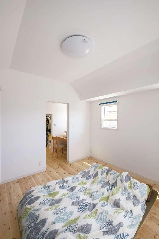 高さ制限があり天井高2.1mが限界だった主寝室。小屋裏を補強して船底天井にし、2.6mの高さを実現。圧迫感がなくなり広々