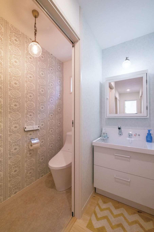 イーホーム【輸入住宅、狭小住宅、間取り】洗面台は玄関正面のトイレ脇に設置。帰宅後すぐに手を洗える