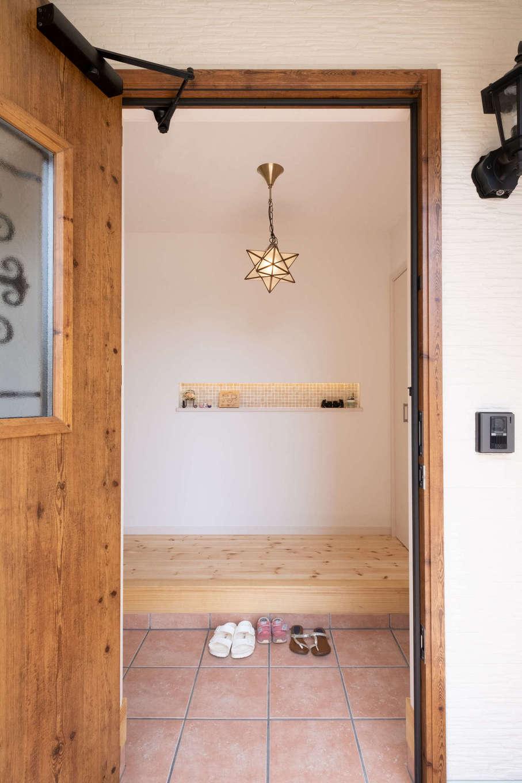 イーホーム【輸入住宅、狭小住宅、間取り】玄関を開けるとキュートな星形のペンダントライトがゲストをお出迎え