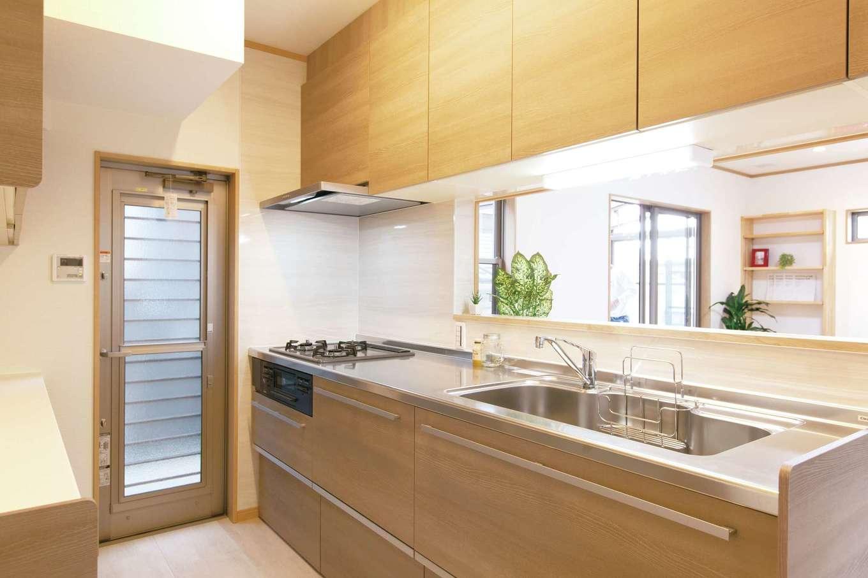 奥さまの希望通り、LDKと和室を見渡せるようにキッチンを設置