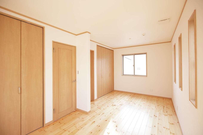 2階にある子ども部屋。姉妹の部屋は、今は広々、将来は仕切って使える