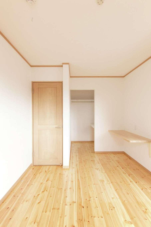 主寝室にはウォークインクローゼットを設置。無垢の木が生み出す柔らかな雰囲気が心地いい